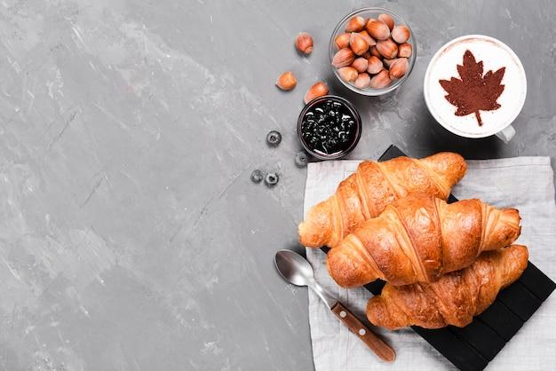 Croissants e café com espaço para texto Foto gratuita