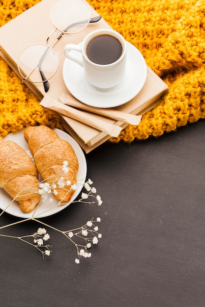Croissants e café de alto ângulo Foto gratuita