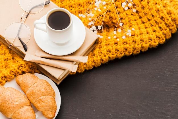 Croissants e café na mesa Foto gratuita