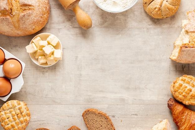 Croissants e moldura de pão com espaço de cópia Foto gratuita