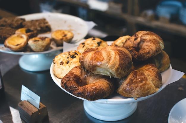 Croissants franceses e outras pastelarias Foto gratuita