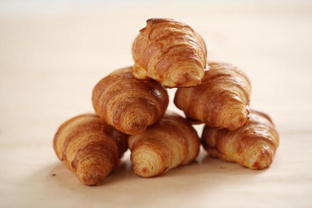 Croissants franceses frescos numa toalha de mesa Foto gratuita