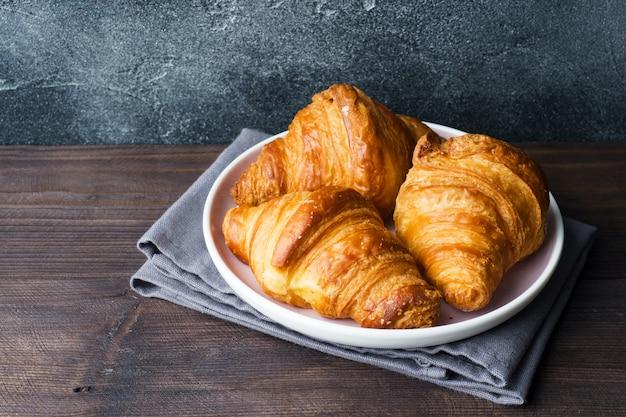 Croissants recém-assados em um prato Foto Premium
