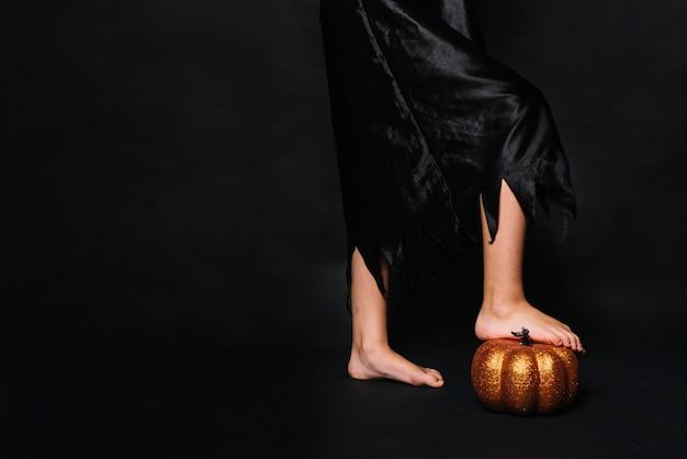 Crop bruxa pisar abóbora Foto gratuita