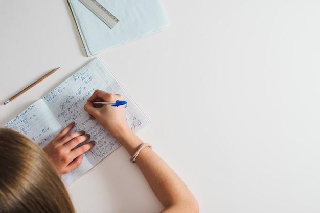 Crop girl estudando material complicado Foto gratuita