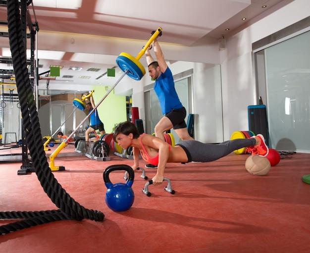 Crossfit mulher push ups exercício e homem musculação Foto Premium