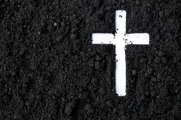 Cruz ou crucifixo feito de cinzas, poeira ou areia. quarta-feira de cinzas. quaresma religião cristã. Foto Premium