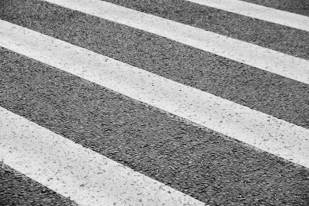 Cruzamento de estrada. preto e branco. o conceito de diferentes fases da vida. Foto Premium
