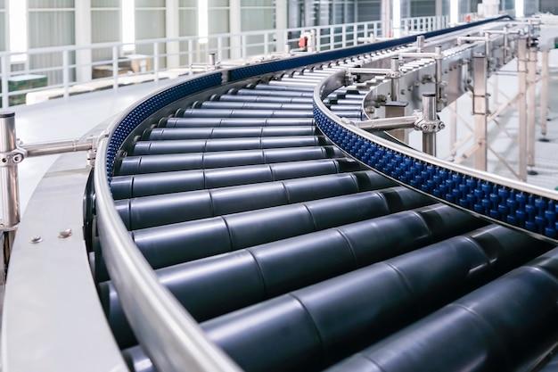 Cruzamento do transportador de rolos, linha de produção de transporte de objetos transportadores de rolos. Foto Premium