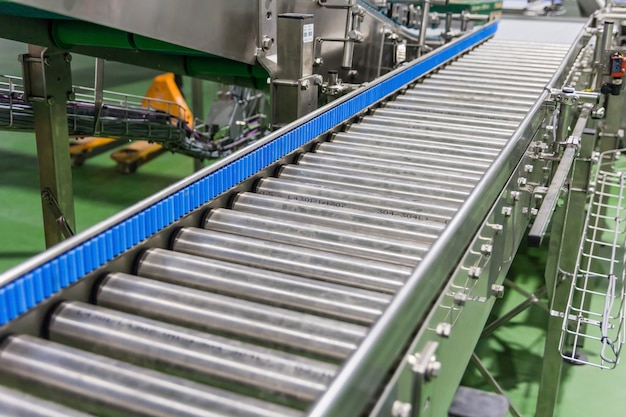 Cruzamento do transportador de rolos na fábrica de produção de alimentos Foto Premium