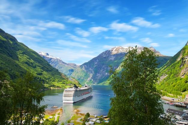 Cruzeiro em fiordes noruegueses Foto Premium