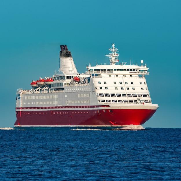 Cruzeiro vermelho. grande balsa de passageiros em andamento Foto Premium