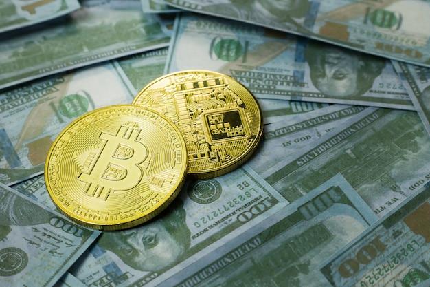 Cryptocurrency bitcoin no fim da nota de banco do dólar acima da imagem. Foto Premium