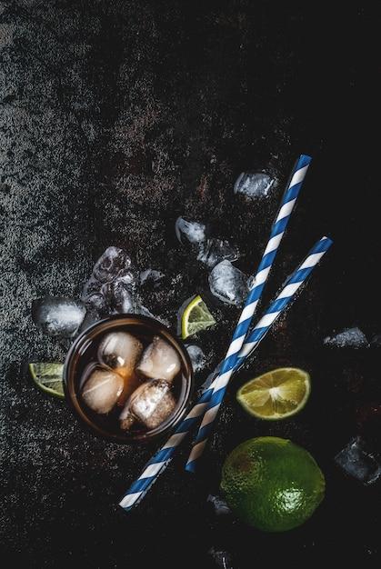 Cuba libre, ilha longa ou coquetel de chá gelado com álcool forte, cola, limão Foto Premium
