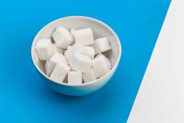 Cubo de açúcar na mesa Foto Premium