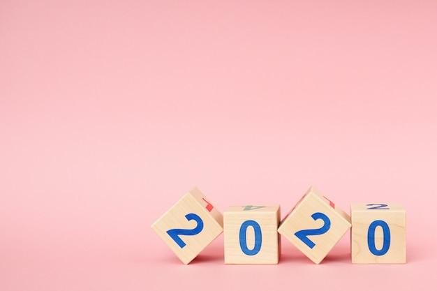 Cubo de bloco de madeira com número ano novo 2020 Foto Premium