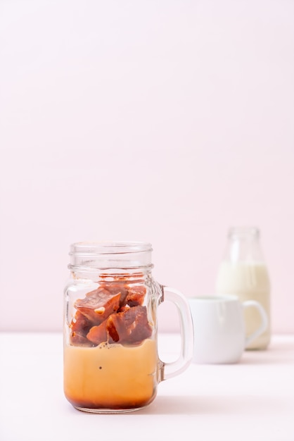 Cubo de gelo de chá tailandês com leite Foto Premium