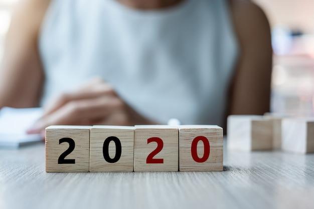 Cubo de madeira com palavra 2020 na mesa Foto Premium