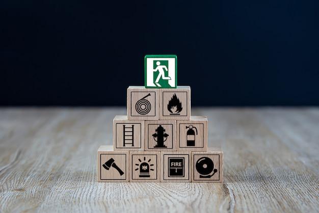 Cubo de madeira empilhado em forma de pirâmide com ícones de fogo e segurança. Foto Premium