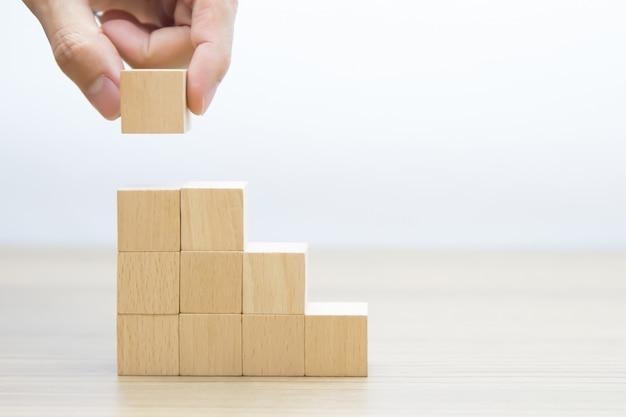 Cubo de madeira empilhado em forma de triângulo Foto Premium