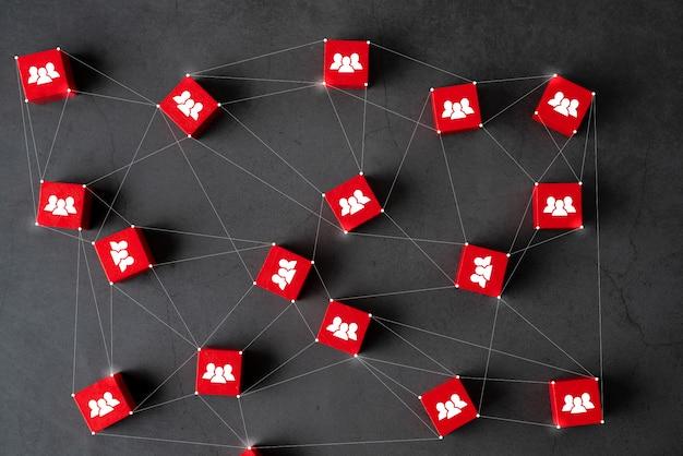 Cubo de quebra-cabeça de negócios e rh com a mão Foto Premium