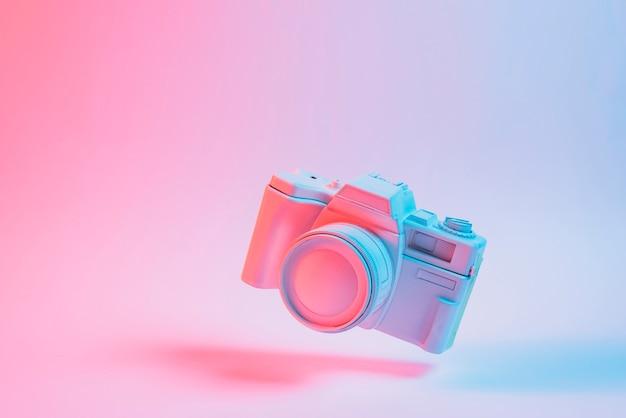 Cubo de quebra-cabeça flutuante com sombra sobre fundo rosa Foto Premium