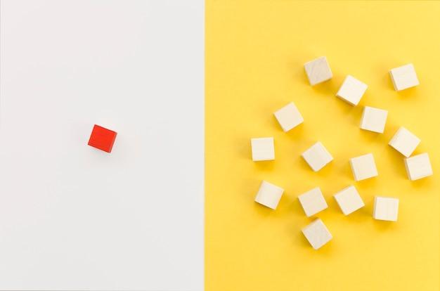Cubo vermelho separado do grupo de madeira Foto gratuita