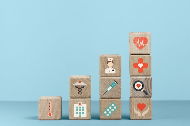 Cubos com ícones médicos e fundo azul Foto gratuita