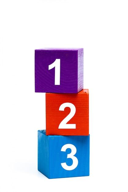 Cubos de brinquedo de madeira com números Foto Premium