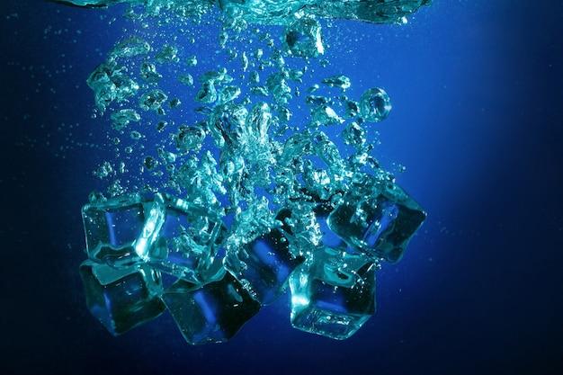 Cubos de gelo com bolhas debaixo d'água Foto gratuita