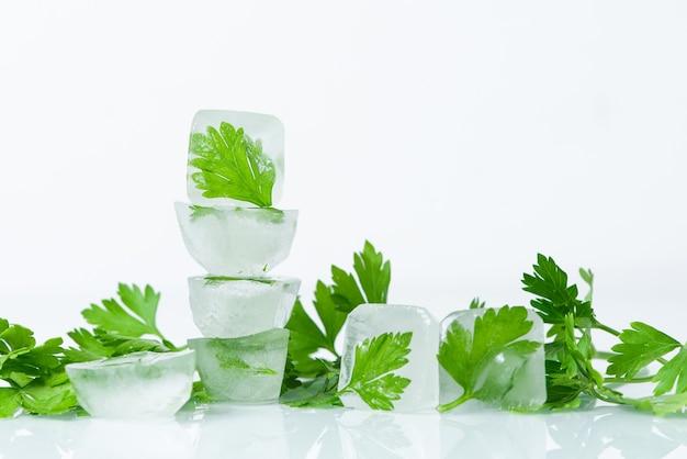 Cubos de gelo cosmético com salsa para os cuidados do rosto e do corpo em casa, autocuidado, tratamentos de spa, desintoxicação da pele, cosméticos orgânicos naturais em casa Foto Premium