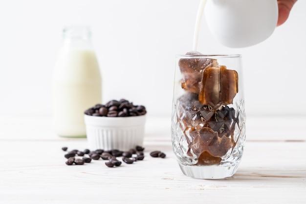 Cubos de gelo de café com leite Foto Premium