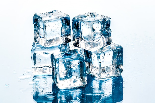 Cubos de gelo em branco. Foto Premium
