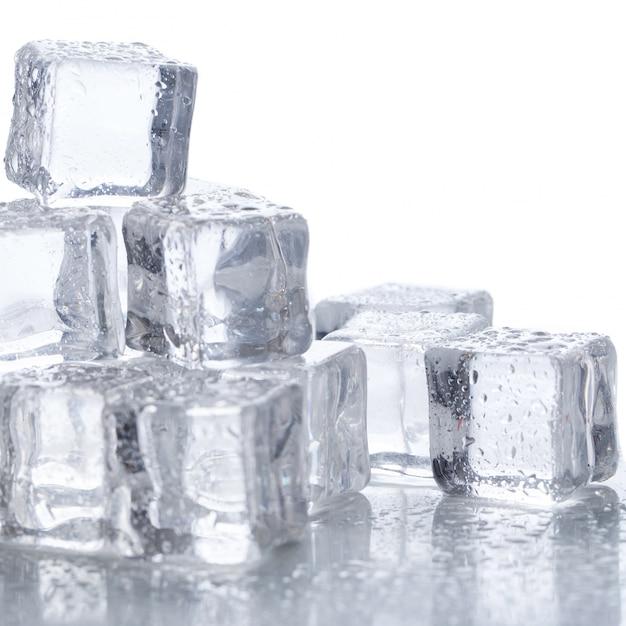 Cubos de gelo em cima da mesa Foto gratuita