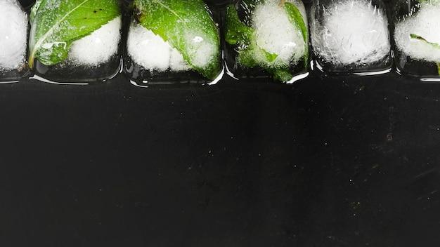 Cubos de gelo em linha Foto gratuita
