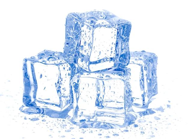 Cubos de gelo isolados no branco Foto gratuita