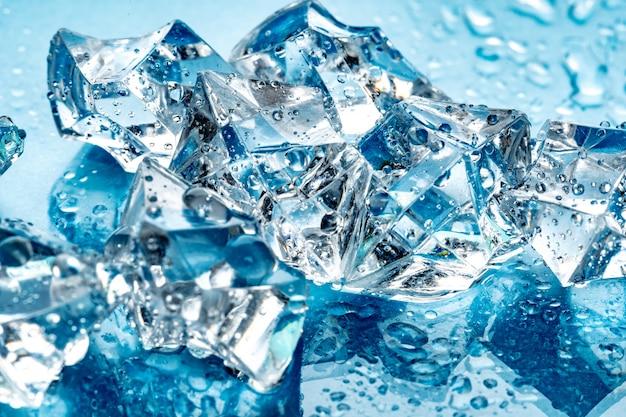 Cubos de gelo no fundo azul Foto Premium
