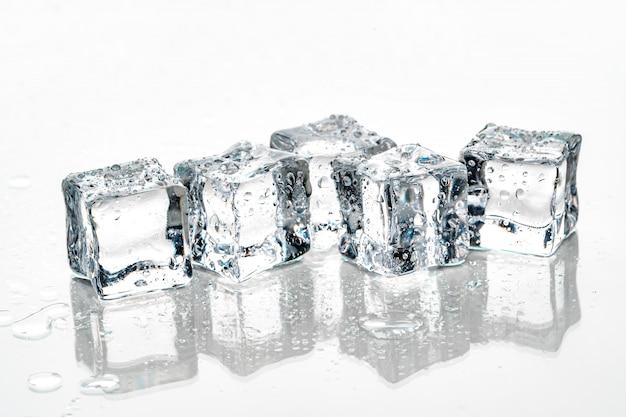 Cubos de gelo no fundo branco. Foto Premium