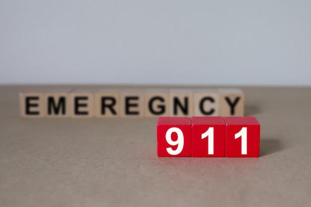 Cubos de madeira com gráficos 911 número de emergência. Foto Premium