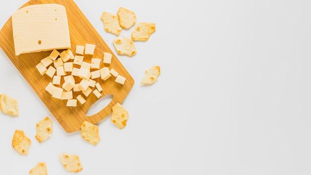 Cubos de queijo e bolachas isoladas no fundo branco Foto gratuita