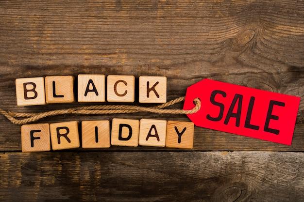 Cubos de sexta-feira negra e etiqueta no fundo de madeira Foto gratuita