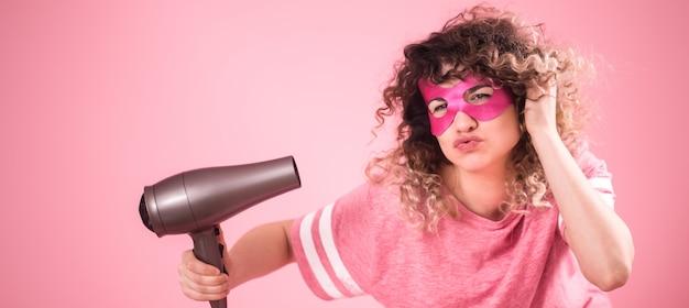 Cuidado de cabelo, mulher bonita com secador de cabelo na mão Foto gratuita