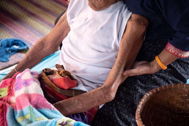 Cuidado idoso, segurando mão Foto Premium