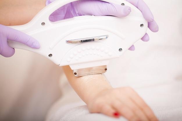 Cuidados com a pele. mãos depilação a laser e cosmetologia. procedimento de cosmetologia de depilação. Foto Premium