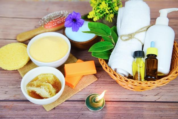 Cuidados com o corpo naturais, dermatologia herbal, creme higiênico cosmético para o tratamento da pele, objetos de higiene pessoal - produtos de banho naturais, sabonete de mel, ervas, óleo essencial de spa, aromaterapia, luz Foto Premium