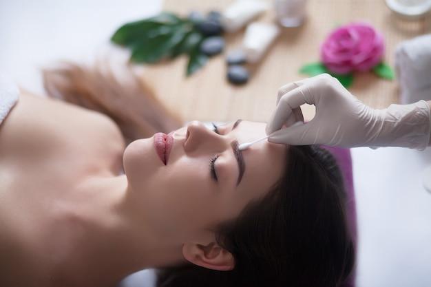 Cuidados com o corpo. tratamento de massagem corporal spa. mulher tendo massagem no salão spa. Foto Premium
