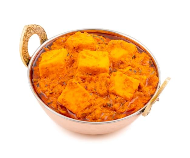 Culinária picante deliciosa indiana paneer toofani em fundo branco Foto Premium