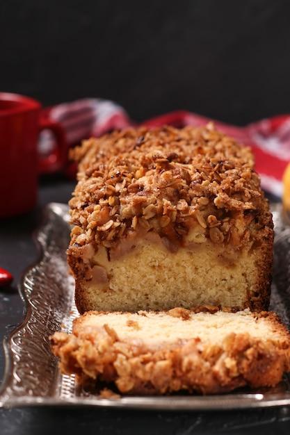 Cupcake caseiro com aveia, maçãs e cereais crocantes de aveia em uma bandeja de metal no escuro Foto Premium