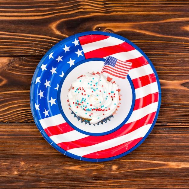 Cupcake colorido com pequena bandeira dos eua Foto gratuita