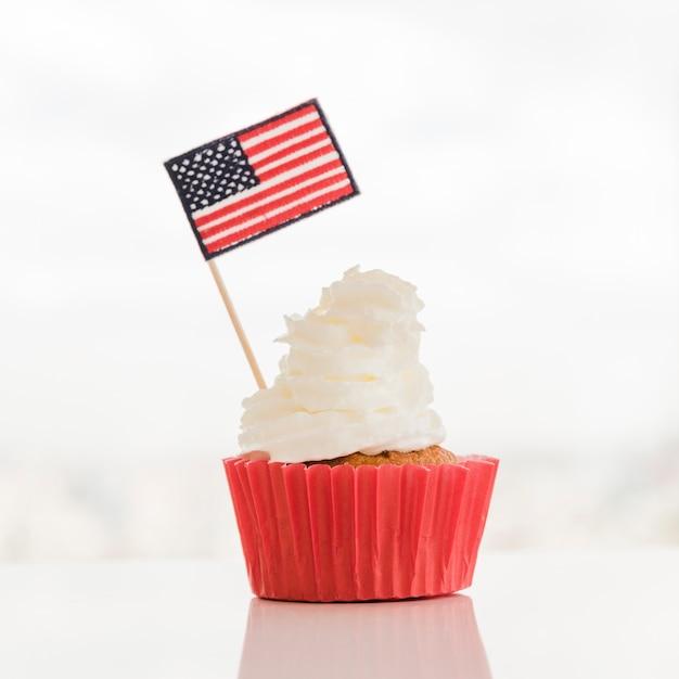 Cupcake com creme e bandeira eua Foto gratuita
